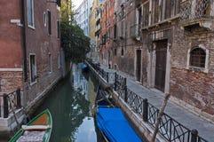Paseo tradicional de la góndola en pequeño canal en el distrito residencial de los edificios y del puente históricos, Venezia, Ve Imagen de archivo libre de regalías