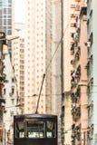 Paseo a través de la calle estrecha alta imágenes de archivo libres de regalías