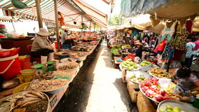 Paseo a través del mercado de calle muy transitada en Pham Ngu Lao - Ho Chi Minh City (Saigon)