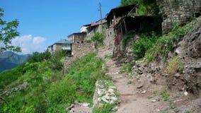 Paseo a través del pueblo de montaña