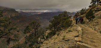 Paseo turístico del grupo a lo largo del tren en Grand Canyon Imagen de archivo libre de regalías