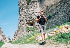 Paseo turístico del hombre en el territorio viejo de la ruina del castillo Fotos de archivo libres de regalías