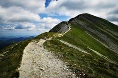 Paseo a una colina grande de la montaña Fotos de archivo libres de regalías