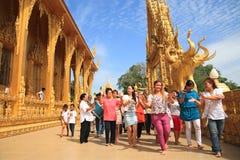 Paseo y danza de la gente alrededor del templo de oro Imagen de archivo