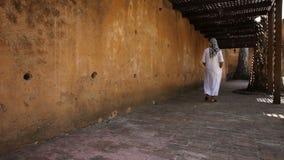 Paseos árabes jovenes del hombre almacen de metraje de vídeo
