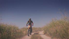 Paseos campo a través de la moto en el camino del campo metrajes
