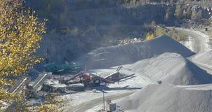Paseos cargados amarillos en una mina, un proceso de trabajo de un cami?n volquete en una mina, una mina de piedra, un cami?n vol metrajes