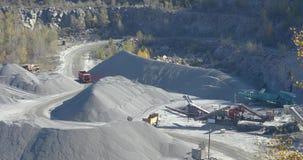 Paseos cargados amarillos en una mina, un proceso de trabajo de un cami?n volquete en una mina, una mina de piedra, un cami?n vol almacen de video
