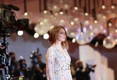 Paseos de Emma Stone de la actriz la alfombra roja fotos de archivo libres de regalías
