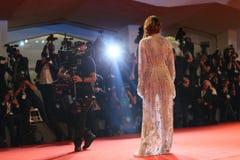 Paseos de Emma Stone de la actriz la alfombra roja imagenes de archivo