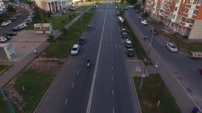 Paseos de la bici en el camino almacen de video