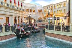 Paseos de la góndola en el hotel veneciano en Las Vegas fotos de archivo