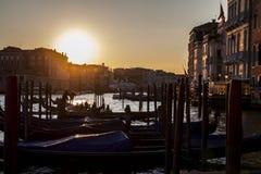 Paseos de la góndola de la puesta del sol en Venecia Italia Foto de archivo libre de regalías