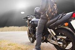 Paseos de la moto en la calle Fotos de archivo libres de regalías