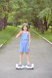 Paseos de la muchacha en mini segway, giroscopio foto de archivo