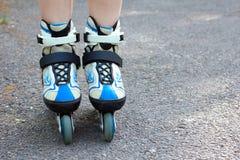 Paseos de la muchacha en pcteres de ruedas Foto de archivo libre de regalías