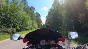 Paseos de la persona en una moto rápidamente, yendo cerca de árboles almacen de metraje de vídeo