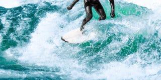Paseos de la persona que practica surf en ola oceánica de la turquesa Imágenes de archivo libres de regalías