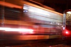 Paseos de la tranvía en ciudad de la noche Fotos de archivo