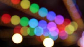Paseos de las luces del bokeh del arco iris del retrowave del synthwave del parque de atracciones del funfair del fondo de las lu almacen de metraje de vídeo