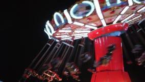 Paseos de las luces del bokeh del arco iris del retrowave del synthwave del paseo del parque de atracciones del funfair de las lu almacen de metraje de vídeo