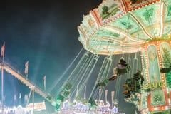 Paseos de Oktobefest en el crepúsculo Imagenes de archivo