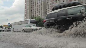 Paseos de SUV con el chapoteo durante la inundación