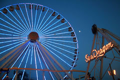 Paseos del carnaval en la noche   Imágenes de archivo libres de regalías