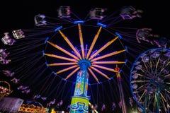 Paseos del carnaval en la noche Imagen de archivo libre de regalías