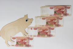 Paseos 2019 del cerdo del símbolo en los billetes de banco rusos 5000 rublos fotografía de archivo libre de regalías