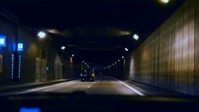 Paseos del coche con el punto de vista del túnel que conduce la luz azul almacen de metraje de vídeo