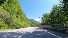 Paseos del coche en el camino de la montaña del asfalto con tráfico escena Pista de la bobina de la montaña con tráfico de coche  almacen de video