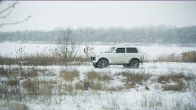 Paseos del coche en el camino rural del invierno metrajes