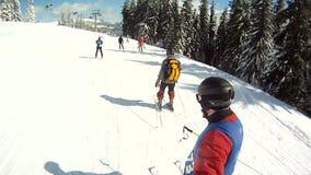 Paseos del esquiador en las cuestas del esquí