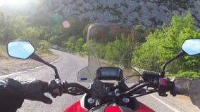 Paseos del motorista en el camino escénico de la montaña en serpentina en las montañas almacen de video