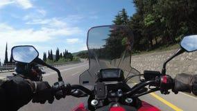 Paseos del motorista en el camino escénico de la montaña en serpentina en las montañas metrajes