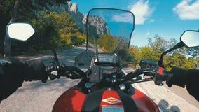 Paseos del motorista en el camino escénico de la montaña en serpentina en las montañas almacen de metraje de vídeo