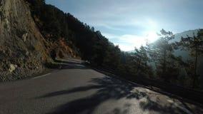 Paseos del motorista en el camino escénico de la montaña en serpentina en las montañas de Francia almacen de video