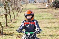 Paseos del muchacho en patio eléctrico de ATV Fotos de archivo