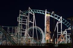 Paseos del parque de atracciones en la noche Imagen de archivo libre de regalías