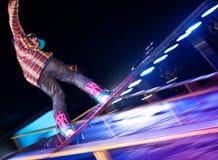 Paseos del Snowboarder en la noche. imagen de archivo