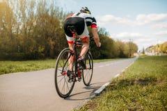 Paseos en la bicicleta, vista lateral del ciclista fotografía de archivo libre de regalías