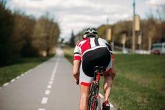 Paseos en la bicicleta, vista lateral del ciclista imagen de archivo