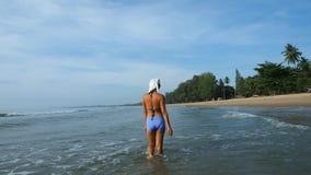Paseos femeninos asiáticos en el mar