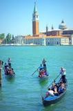 Paseos Italia de las góndolas de los turistas imagen de archivo