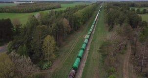 Paseos largos del tren de carga por el carril metrajes