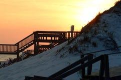 Paseos marítimos y pajarera de la puesta del sol Imagenes de archivo