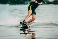 Paseos masculinos del atleta en un wakeboard Imagen de archivo