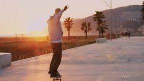 Paseos milenarios del skater del inconformista en puesta del sol almacen de video