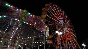 Paseos populares del oscilación de la silla en parque de atracciones carrusel colocado almacen de video